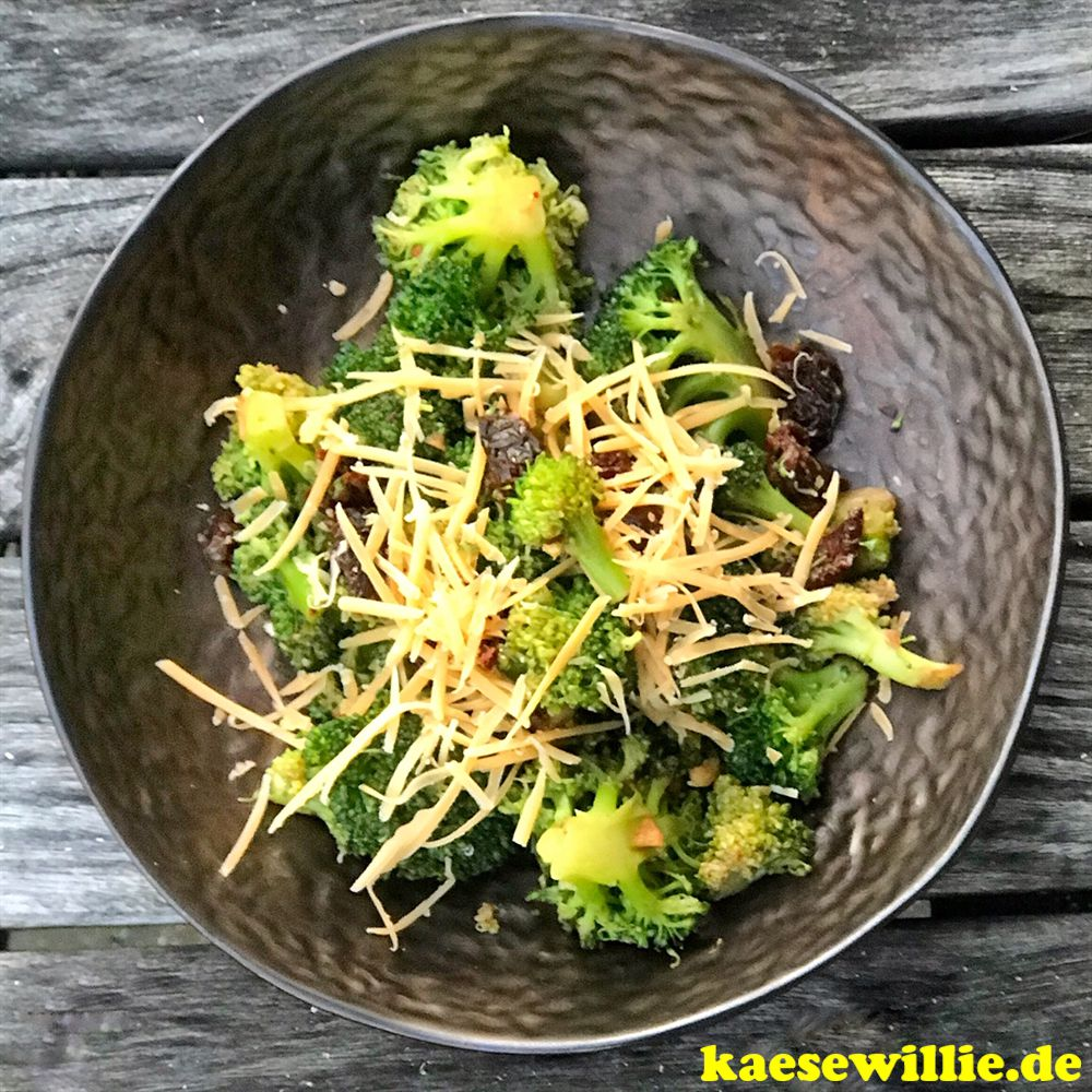 Brokkoli-Salat mit getrocknete Tomaten & Klaverkaas